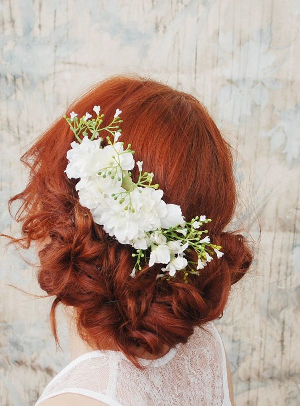Coafură pentru mireasă cu părul roșcat și flori albe, Foto: mickanddebbie.com