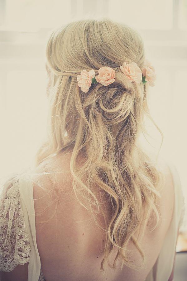 Coafură pentru păr lung cu trandafiri corai, Foto: mickanddebbie.com