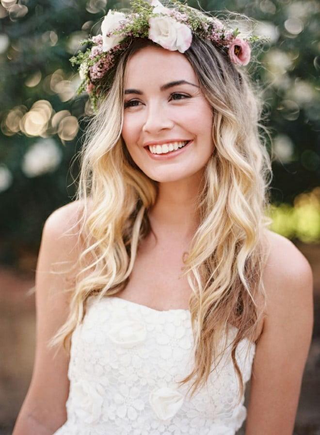 Coafură simplă cu coroniță din flori în păr, Foto: mickanddebbie.com