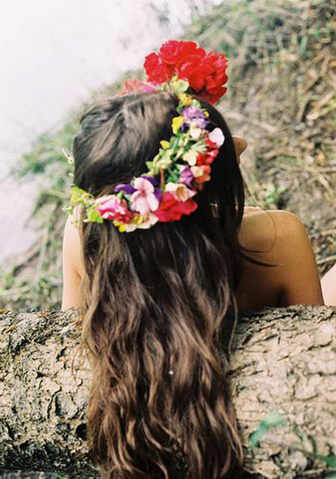 Coafură simplă cu o coroniță de flori în păr, Foto: lovethismuchly.blogspot.ro