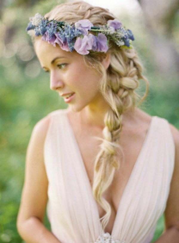Coafură simplă cu părul impletit într-o parte și coroniță din flori, Foto: fashiondivadesign.com