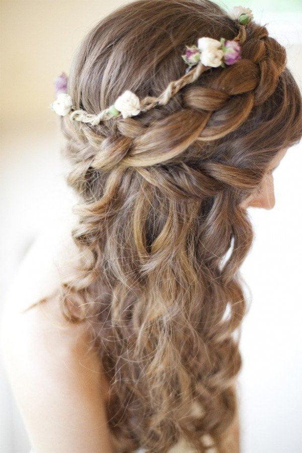 Coafură tinerească cu coroniță fină pe cap, Foto: fashiondivadesign.com