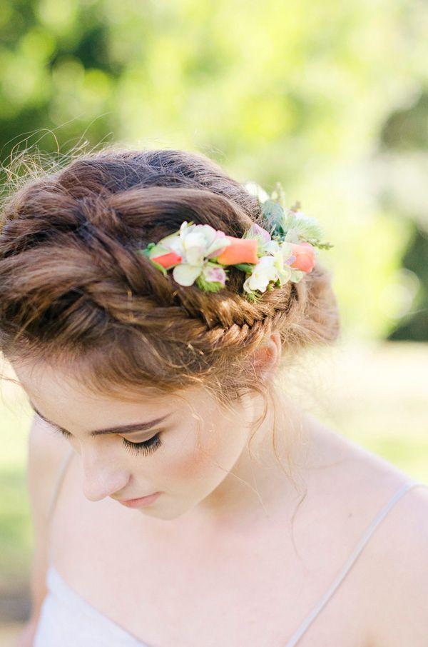 Coafură tinerească cu flori în păr prinse într-o parte, Foto: mickanddebbie.com