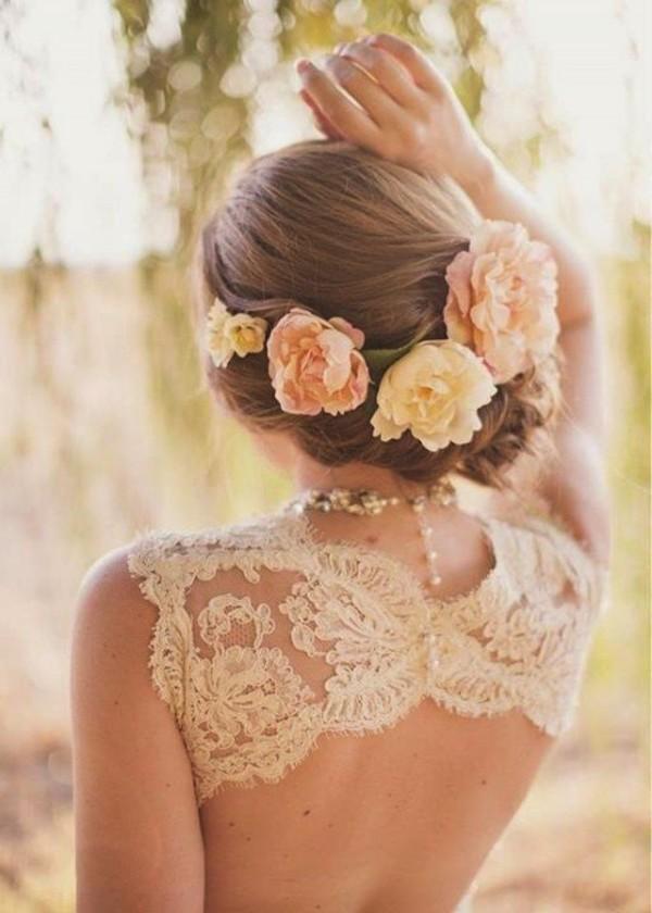 Coafură fină, părul străns la spate și flori asortate nuanței de culoare a rochie, Foto: fashiondivadesign.com