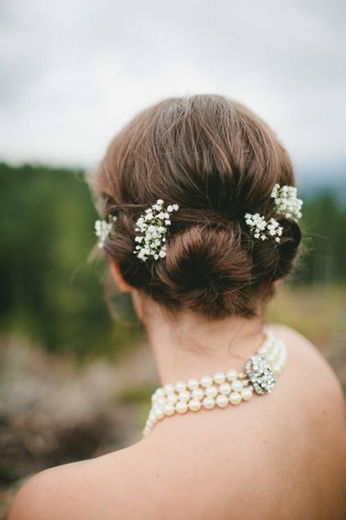Coafur simplă cu flori albe în păr, Foto: es.weddbook.com