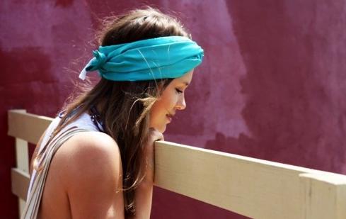 Eșarfă albastră chic pentru această vară, Foto: playingwithscarves.wordpress.com