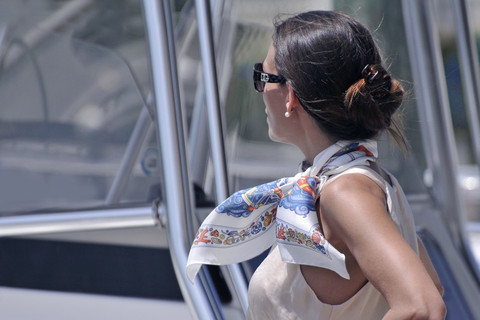 Eșarfă legată chic la gât în stil romantic, Foto: playingwithscarves.wordpress.com