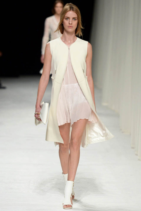 Mantou alb de vară asortat la rochie elegantă, Foto: fashiongonerogue.com