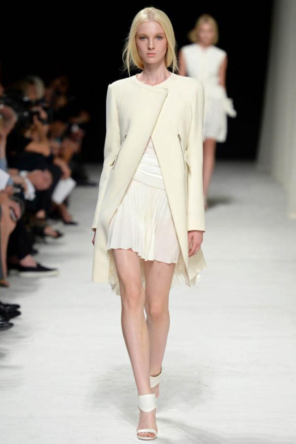 Mantou alb de vară, colecția Nina Ricci, Foto: fashiongonerogue.com