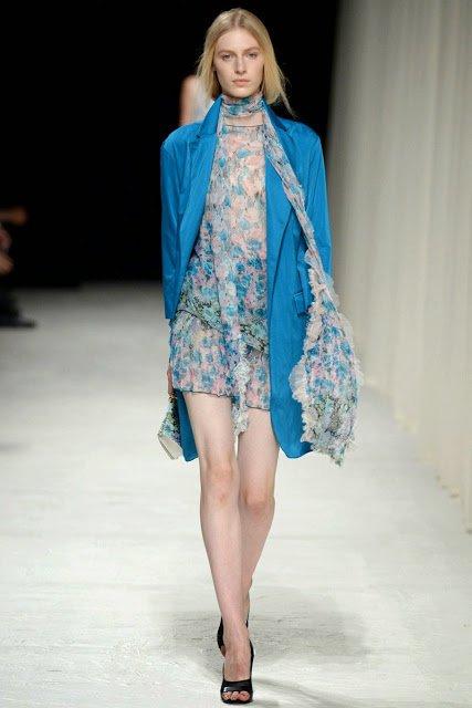 Mantou de vară albastru intens și rochie cu imprimeu floral, Foto: andreajanke-accessory.blogspot.ro