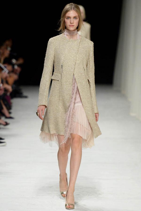 Mantou elegant de damă, creație Nina Ricci, Foto: fashiongonerogue.com