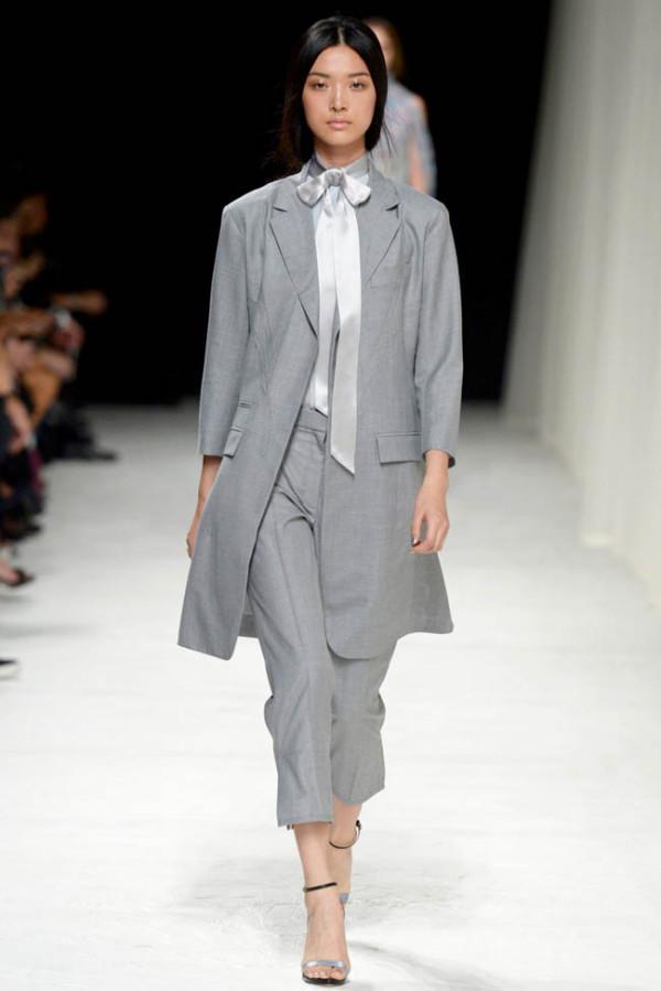 Matou gri perfect asortat la pantaloni de vară, Foto: fashiongonerogue.com
