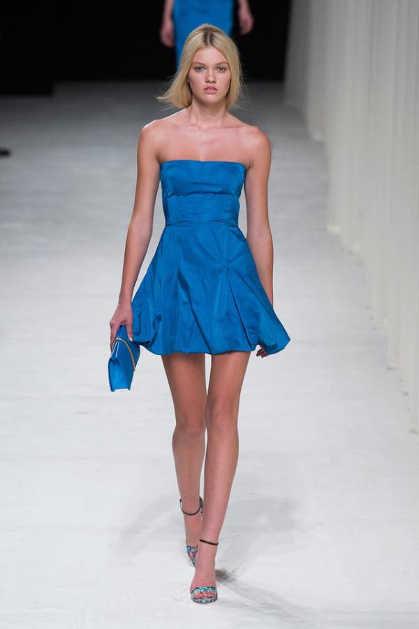 Moda în anul 2014, rochie scurtă albastru radiant, creație Nina Ricci, Foto: shorthairstyle2013.biz