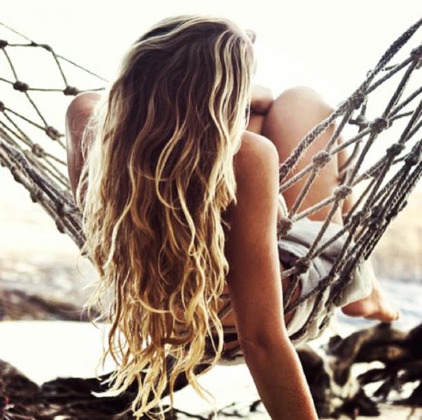 Păr lung cu șuvițe blonde și maro, Foto: sandandsalt.net