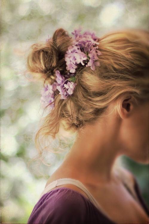 Părul prins la spate ca la balerine și decorat cu flori, Foto: blogut.tumblr.com