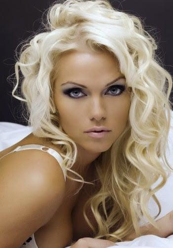 Păr ondulat blond platinat, Foto: sunofjuly.blogspot.ro