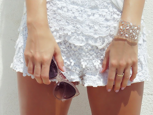 Pantaloni scurți din dantelă albă, Foto: fashionand.clothing
