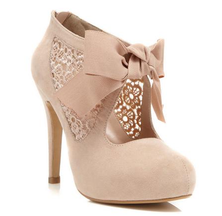 Pantofi cu toc, dantelă și fundiță, thehunt.com