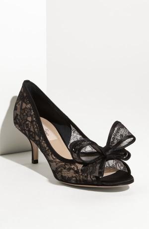Pantofi cu toc mic și dantelă neagră, marca Valentino, Foto: indulgy.com
