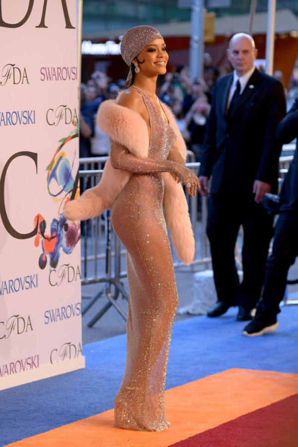 Rihanna în rochie transparentă elegantă la premiile CFDA 2014, Foto: laineygossip.com