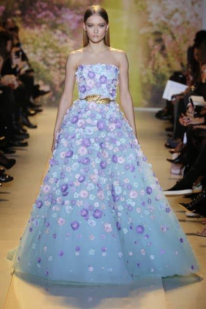 Rochie în albastru delicat cu flori aplicate ce creează un aspect romantic elegant, designer Zuhair Murad, Foto: kizillotesi.blogspot.com