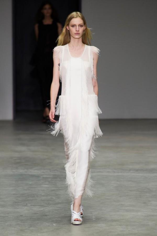 Rochie albă cu franjuri, creație de Calvin Klein, Foto: fashionising.com