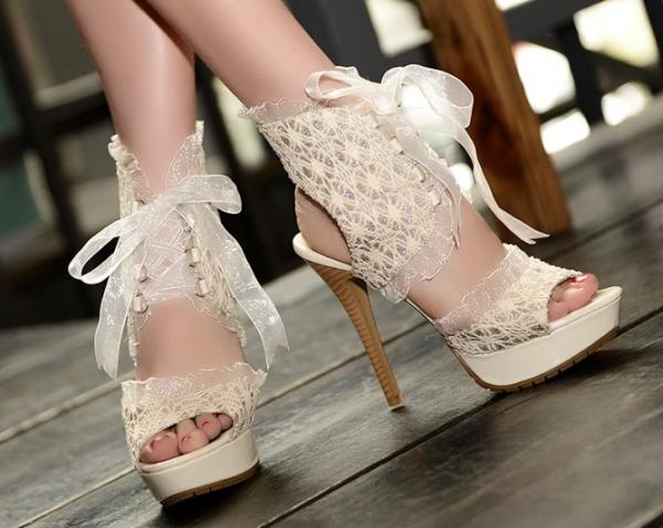 Sandale din dantelă albă, Foto: bajukoreamurah.net
