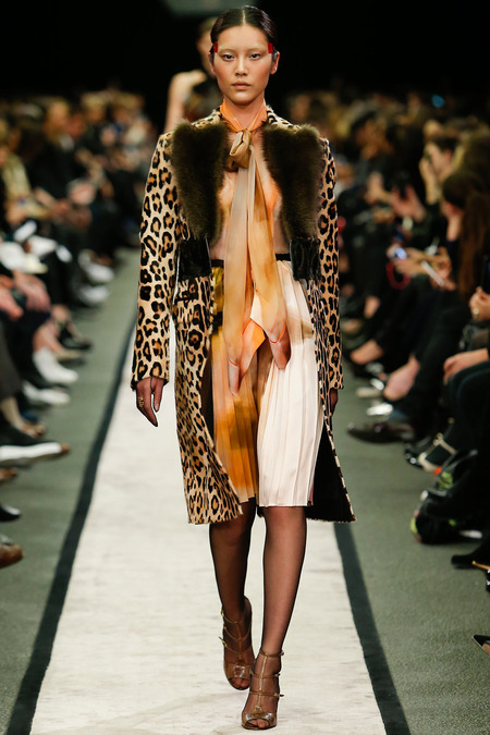 Haină cu imprimeu ce imită pielea de leopard și guler de blană, Foto: dudewhatsmylook.files.wordpress.com