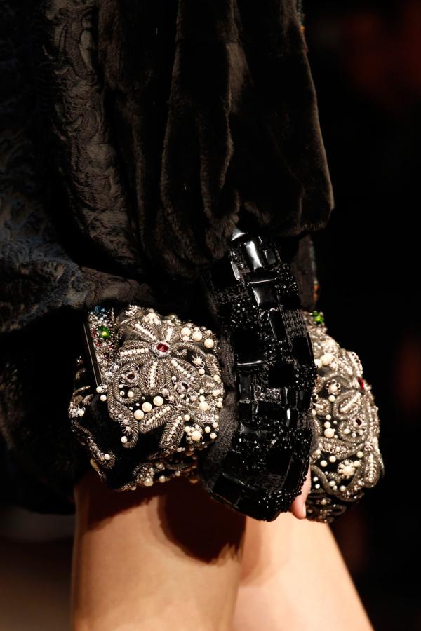Manuși, geantă Dolce&Gabbana, Foto: kleanperspektive.com