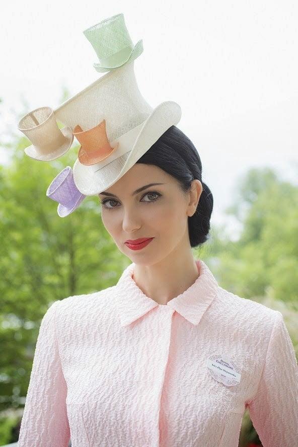 Olga Stephanenko are o pălărie cu cești de cafea și farfurioare, Foto: zaihuangeming.diandian.com