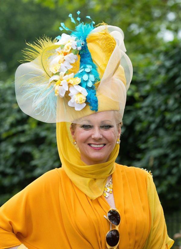 Pălărie asortată la o ținută galbenă elegantă, Foto: mirror.co.uk