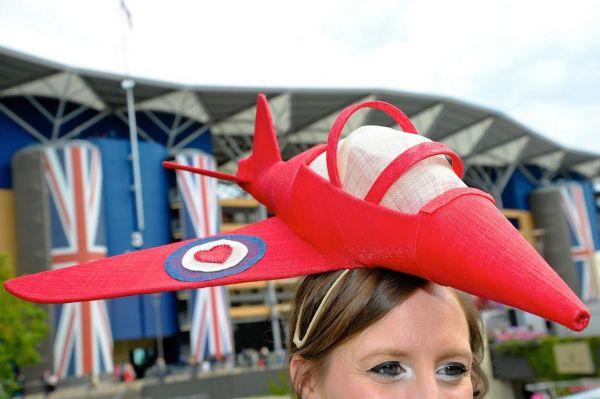Pălarie în formă de avion, Foto: mirror.co.uk