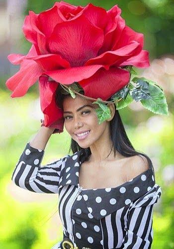 Pălarie în forma de trandafir supradimensionat, Foto: fashionlabellust.blogsp
