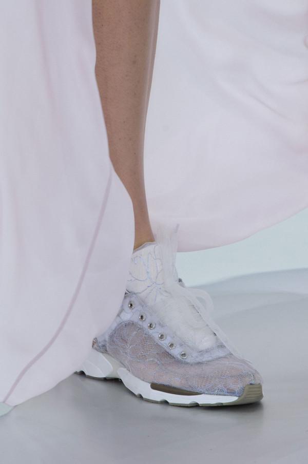 Pantofi sport din dantelă, marca Chanel, Foto: popsugar.co.uk