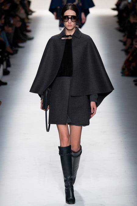 Pelerină elegantă marca Valentino, Foto: thelivingfashion.com