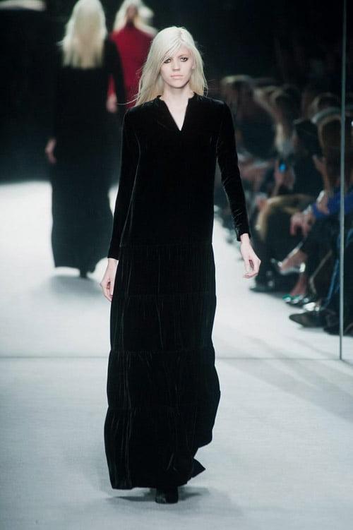 Rochie lungă și largă din catifea neagră, Foto: caliwestboutique.com