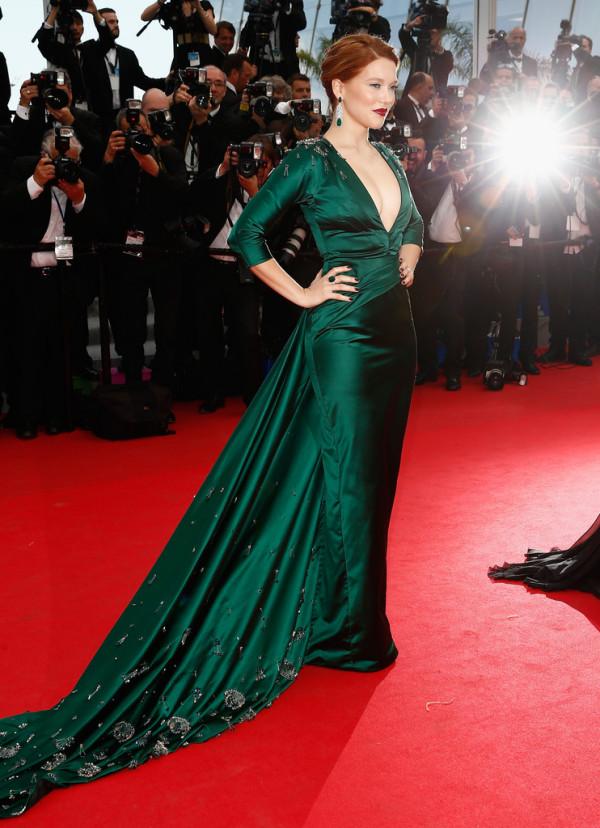 Rochie verde cu trenă la Lea Seydoux, creație Saint Laurent