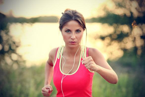 Femeie ce aleargă și ascultă muzică, Foto: youqueen.com