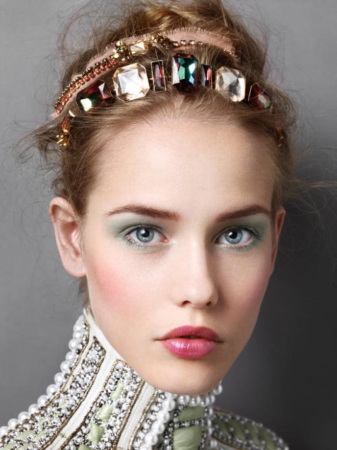 Coafură cu diademă și pietre colorate în păr, Foto: blog.kuteclothes.com