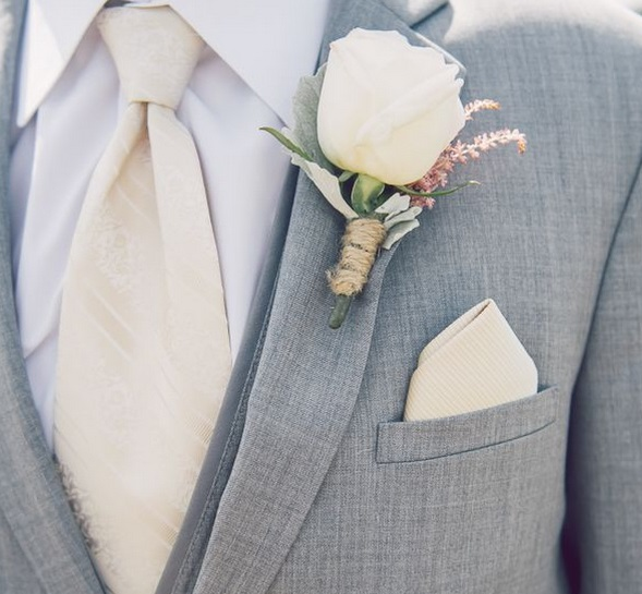 Costum de mire cu floare la rever, Foto: weddingpartyapp.com