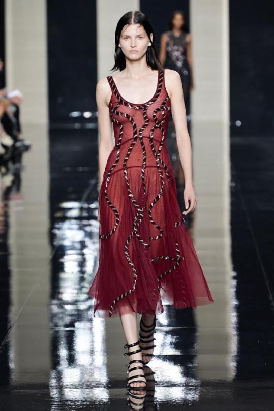 Rochie din tulle, moda Christopher Kane pentru anul 2015, Foto: afashionistasdiary.com