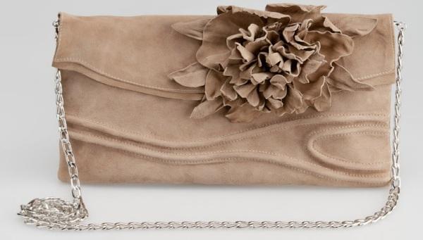 Geantă plic cu aplicație în formă de floare și curea metalică în formă de lanț, Foto: kinoportal.net