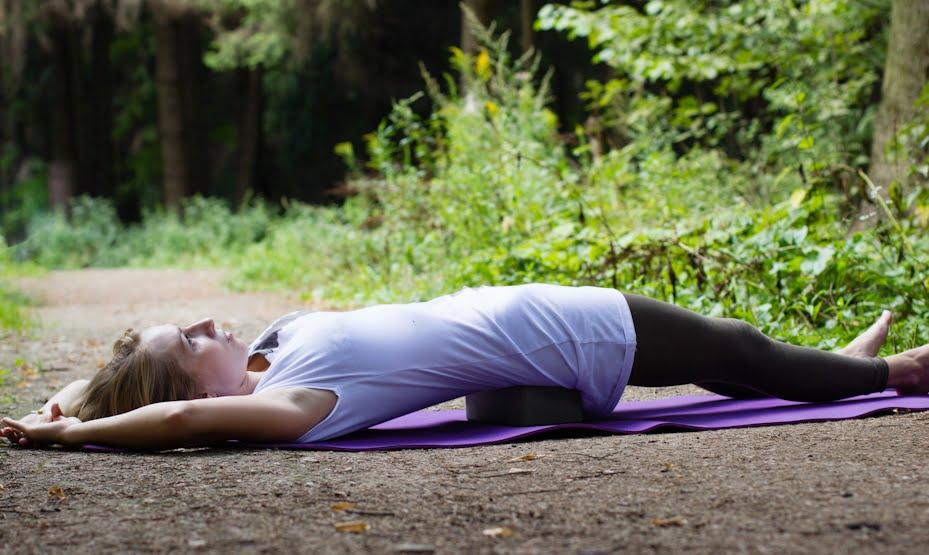 Exercițiu yoga pentru tratamentul hiperlordozei, Foto: yoga108.by