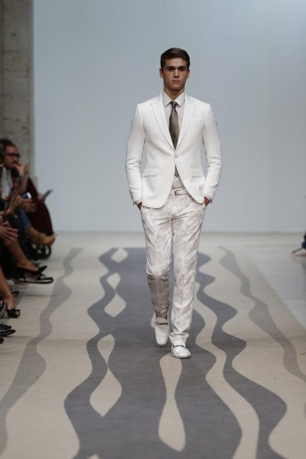 Costum alb, pantaloni cu imprimeu floral, Foto: thebestfashionblog.com