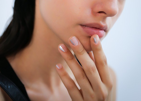 Unghii naturale cu o singură dungă aplicată pe fiecare unghie pe lateral, Foto: shoppingtherapy-cristina.com