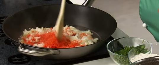 Ceapa se undește împreună cu morcovul dat pe răzătoare