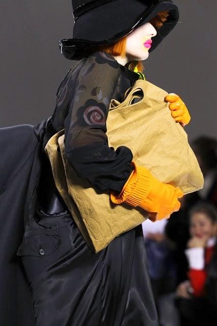 Mănuși, geantă marca Maison Margiela, Foto: 3rdworldfashiongeek.blogspot.ro