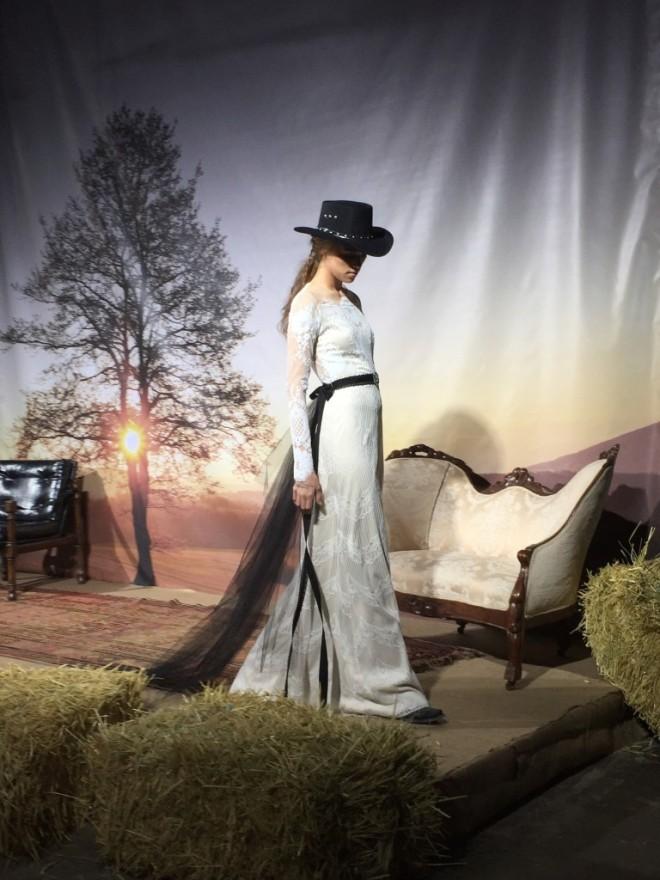 Rochie albă, cu trena, centura și pălăria western de culoare neagră, Foto: fashionwhirled.com