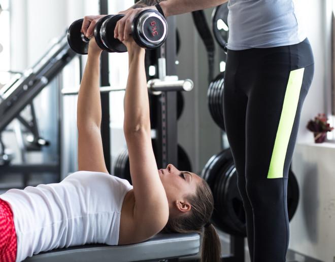 Ridicarea greutăților la verticală – Exercițiu util pentru pectorali, Foto: hfacertified.com