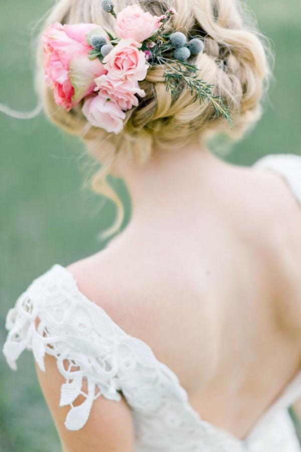 Coafură cu flori naturale în păr, Foto: fabmood.com